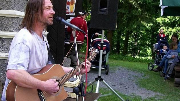 Prvomájovou atmosféru u Znosimské brány zpříjemní také lídr kapely Keks Štěpán Kojan