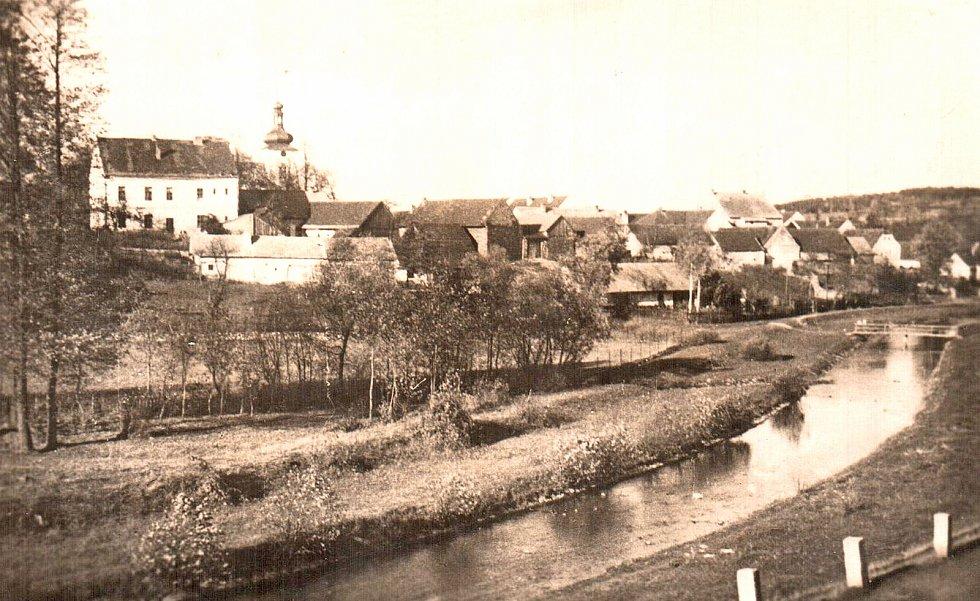 Dvě dominanty Kamberku na jedné pohlednici - řeka Blanice a kostel sv. Martina.