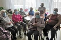 Cíl v domovech seniorů: dvě roušky na obyvatele