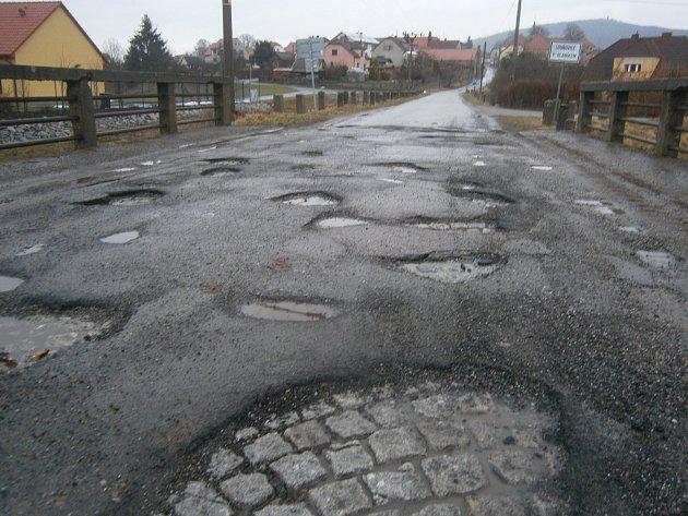 Výtluky na mostu, který je vystavěný na řece Blanici na území městyse Louňovice pod Blaníkem, trápí řidiče směřující na ves Libouň.