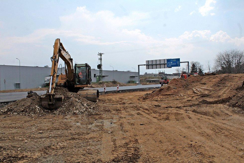 Dokončovací fáze výstavby okružní křižovatky na silnici I/3 na Červených Vršcích v Benešově.