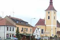 Česká hospoda v Domašíně leží hned pod věží kostela.