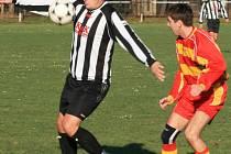 V okresním přeboru si čerčanský Jan Hofinger (v pruhovaném) zpracovával míč před votickým Michalem Dušátkem.