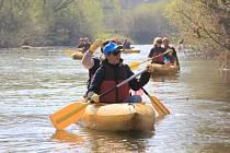 Čištění řeky se pravidelně zúčastňuje také Aneta Langerová.