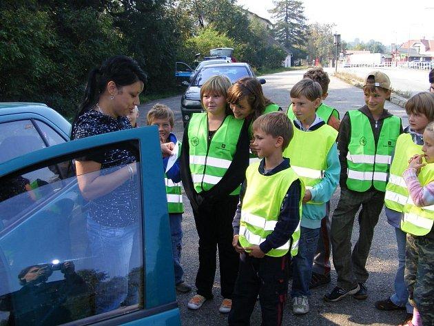 Školáci v Miličíně rozdávali řidičům usměvavá nebo zamračená autíčka.