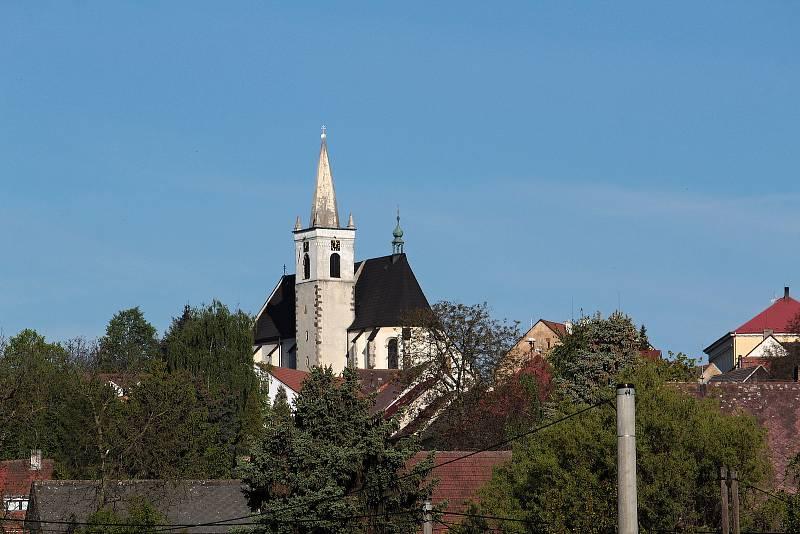 Miličín, centrum České Sibiře s dominantou kostela Narození Panny Marie.