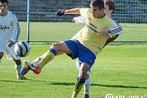 Ondřej Cettl (ve žlutém) se snažil občas ohrožovat brankáře Písku, což ale ke gólové radosti nevedlo.