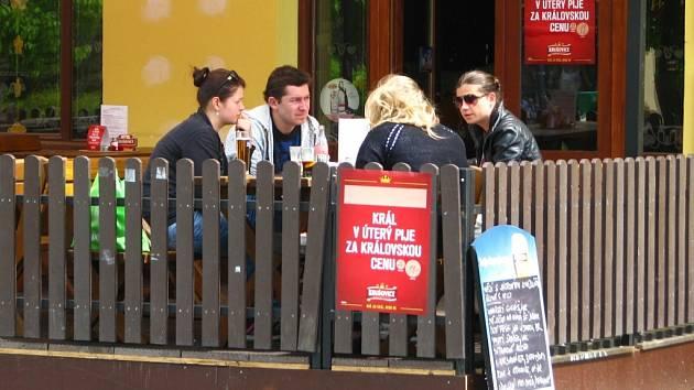 S příchodem jara se začaly plnit i předzádhrádky restaurací.
