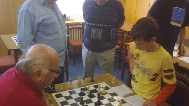 V utkání 1. kola regionálního přeboru Vlašim B - Brodce B došlo na 5. šachovnici k souboji generací. Domácí David Zvára (14 let) a brodecký Josef Smolka (79 let) se po dlouhém boji nakonec rozešli smírně.