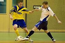 Martin Chlasták (ve žlutomodrém) pomohl Arsenalu Benešov k těsné výhře na Olympikem Mělník 5:4.