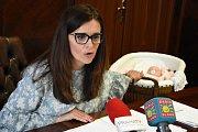 Svoji dceru, které se narodila v polovině dubna a dostala jméno Ema, představila na čtvrtečním setkání s novináři hejtmanka Středočeského kraje Jaroslava Pokorná Jermanová (ANO)