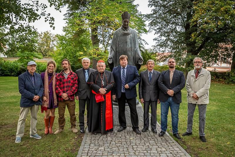 Z odhalení sochy Jana Očka z Vlašimi v zámeckém parku.