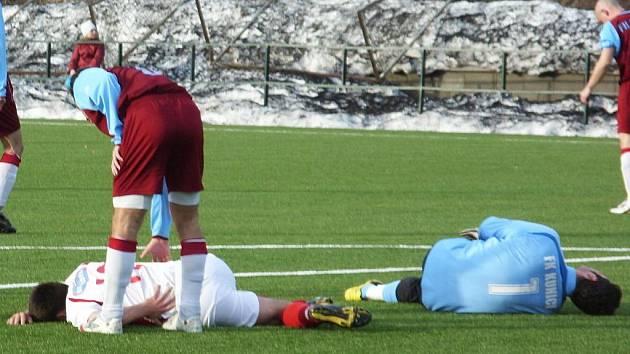 Votického novice v sestavě Vojtu Pohorského (v bílém) srazil kolenem brankář Kunic Václav Krch v šestnáctce. Rozhodčí ale penaltu nenařídil, navíc se gólman zranil, ale zápas dochytal.