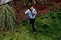 Neznámý pachatel byl více než drzý. Ze zahrady rodinného domu odcizil karton piv i dětský míč.