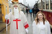 Souprava Posázavského Pacifiku vyjíždí z Čerčan v 8.15, v Benešově zastaví v 8.30 a v Olbramovicích v 8.48. Zpět z Třeboně se vrací v 17 hodin.