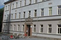 Prostor před základní školou Na Karlově je nově předlážděný.