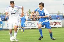 Jaroslav Starý (v modrém) vstřelil jediný gól Vlašimi a tentokrát stíhal znojemského Dominika Mandulu.