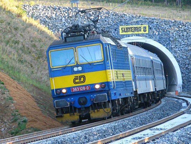 První vlaky na přeložce tratě mezi Bystřicí a Olbramovicemi - R 633 čtvrtek 30. srpna vyjíždí z tunelu Tomice II.