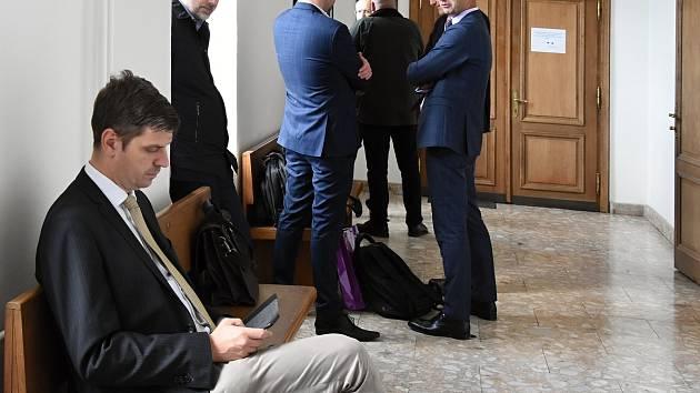 Bez osobní účasti většiny obžalovaných pokračovalo v úterý u Krajského soudu v Praze hlavní líčení v takzvané druhé větvi takzvané Rathovy kauzy.
