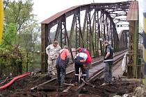 Starý železniční most v Týnci nad Sázavou.