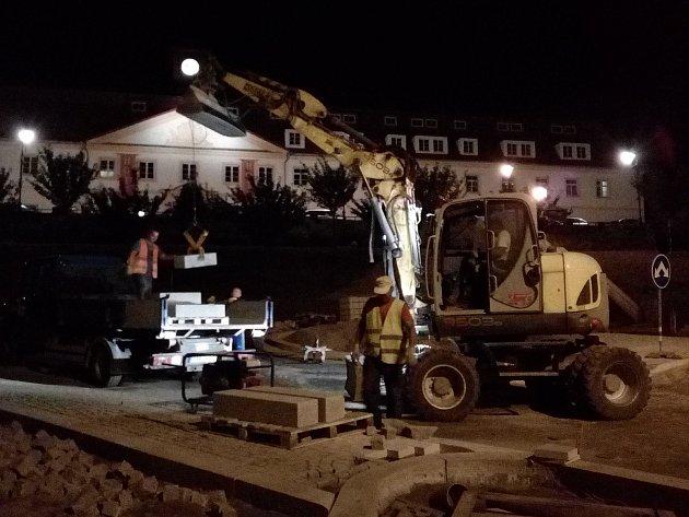 Noční směna při budování kruhové křižovatky v Týnci nad Sázavou.