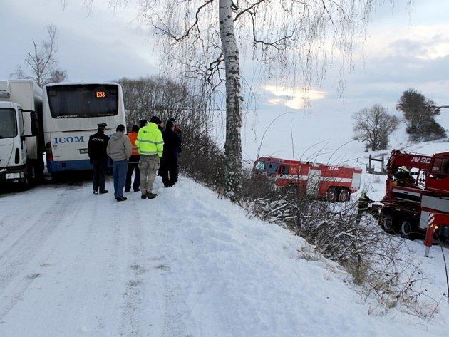 Dopravní nehoda ve Václavicích zablokovala na téměř dvě hodiny provoz silnice z Benešova do Netvořic.