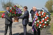 Připomínka obětí druhé světové války u pomníku setkání dvou sovětských armád u Dobříčkova.