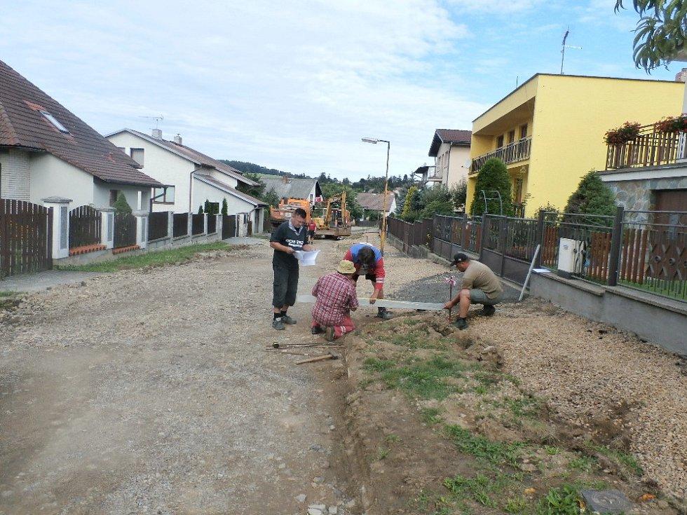 Práce v ulici Slunečná jsou v plném proudu.