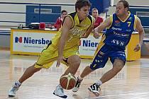 Kapitán Benešova Jakub Malý (u míče) se snažil přejít pře teplického hráče.