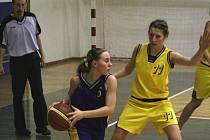 Mladé Benešačky dvakrát v lize vyhrály. Rozehrávku Hojkové z Peček (vlevo) bránila  Landová