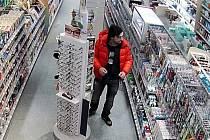 Muž podezřelý z krádeže zubních kartáčků v hodnotě 16 tisíc korun v Benešově.