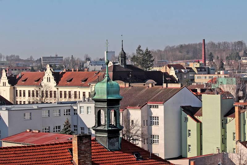 Benešov při pohledu ze střechy kostela sv. Anny - gymnázium, v popředí věžička Piaristické koleje.