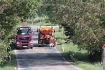 Výsprava trhlin ve vozovce asfaltovou emulzí na silnici II/106 u odbočky na Bukovou Lhotu.