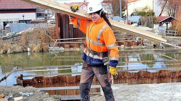 Stavba mostu přes Konopišťský potok v Bystřici ve čtvrtek 15. března.