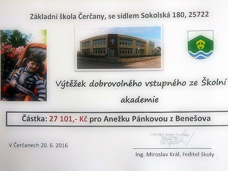 Předání výtěžku školní akademie na rehabilitační péči pro Anežku. .