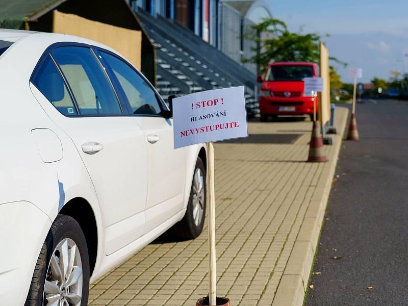 Drive-in volební stanoviště. Ilustrační foto.