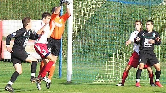 Votický brankář Jaroslav Mašín si s centrovaným míčem poradil.