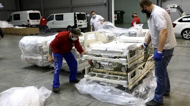V Letňanech pokračuje výstavba záložní nemocnice. Ve středu dopoledne dorazila první část dodávky lůžek od společnosti Linet.