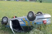 BEZOHLEDNÝ motocyklista způsobil nehodu policejního auta.