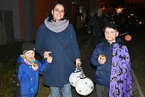 Halloweenský světýlkový průvod před 3. základní školou v Rabasově ulici ve Slaném..