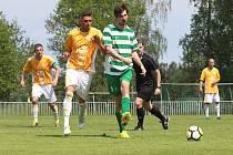 Tatran Rakovník (v zeleném) přehrál doma vedoucí Sokol Hostouň 2:1 na penalty. Vpravo Petr Junek