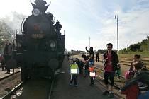 Parní lokomotiva přilákala na nádraží desítky lidí.