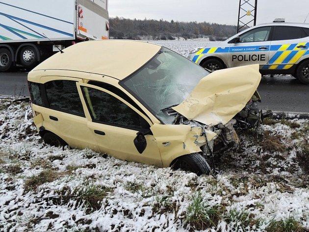 První sníh a námraza na vozovce, i to přispělo ke dvěma ranním nehodám u Kladna.