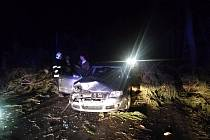 Vichr lámal stromy i značky, poničena byla auta a domácnosti zůstaly bez proudu.