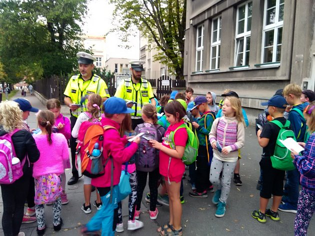 Kladenští policisté a děti při preventivní akci Zebra se za tebe nerozhlédne.