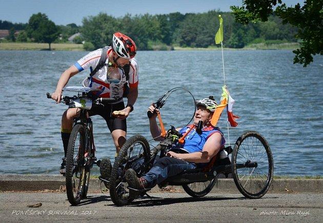 Z letošního Poněšického survivalu –  24 hodinového závodu dvojic,který jel Pavel Šprynar spolu s Oldou Novákem jako jediný handicapovaný v kategorii Zdravý– zdravý. Dokonce vyhráli!  Mimo kola, divoká voda, lezení, plavání, slaňování aj.