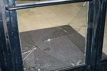 Vandal zničil dveře učiliště.