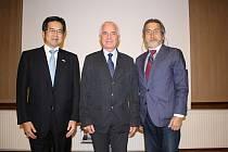 Vpravo na fotografii architekt Shigefumi R. Tsuchiya.