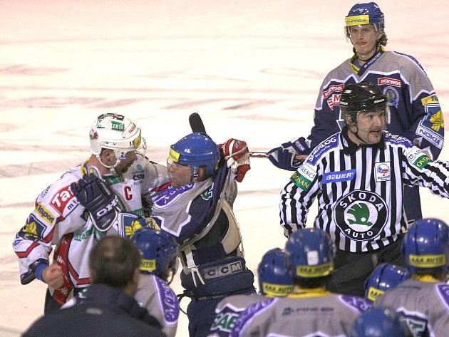 Kladno - Pardubice, březen 2005. Bitku mezi Jiřím Dopitou (vlevo) a Josefem Zajícem sleduje i tehdy čárový sudí Kalivoda, jehož v sérii atakoval kladenský Patera a nesměl jedno utkání hrát.