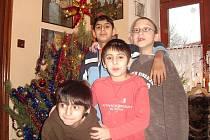Děti z dětského domova v Ledcích dostaly některé dárky už na Štědrý den dopoledne. Ostatní na ně čekaly až večer pod ozdobeným stromkem.